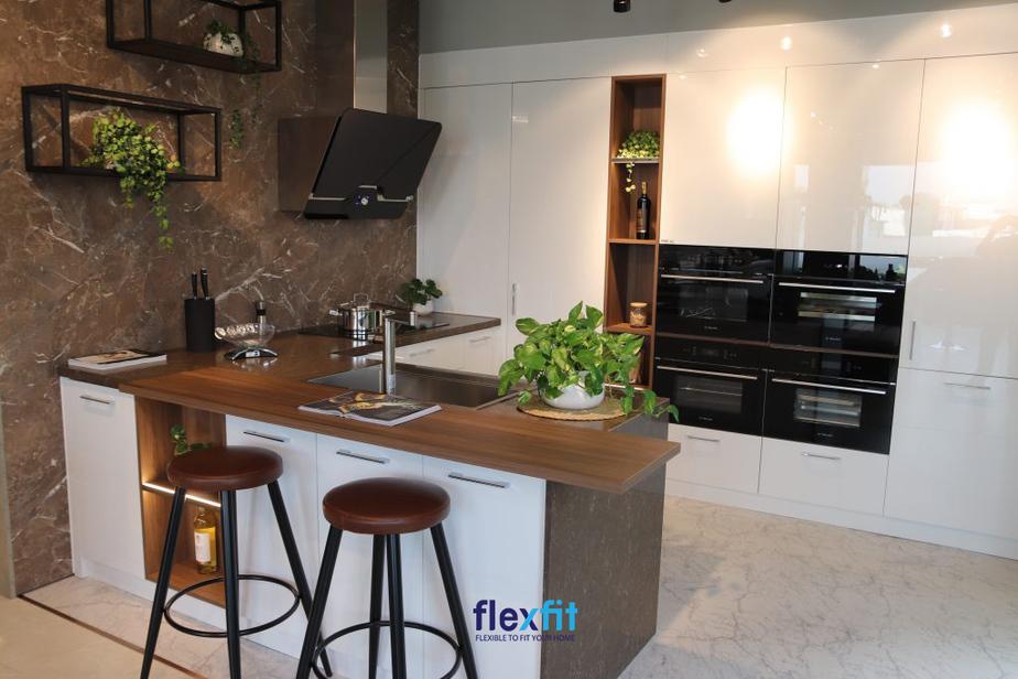 Quầy bar bếp tích hợp các ngăn tủ đựng đồ gia tăng tiện ích