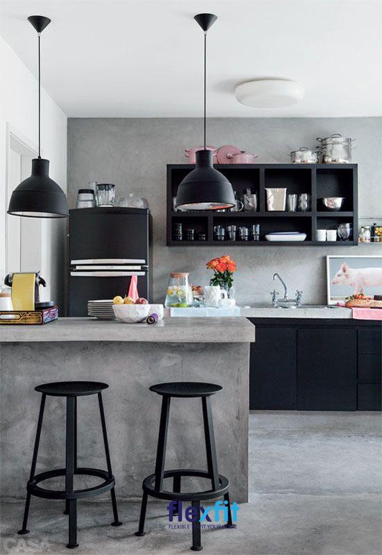 Quầy bar mini mặt đá màu xám tối thượng kết hợp hai đèn thả bên trên và ghế ngồi màu đen tôn thêm vẻ đẹp cho gian bếp