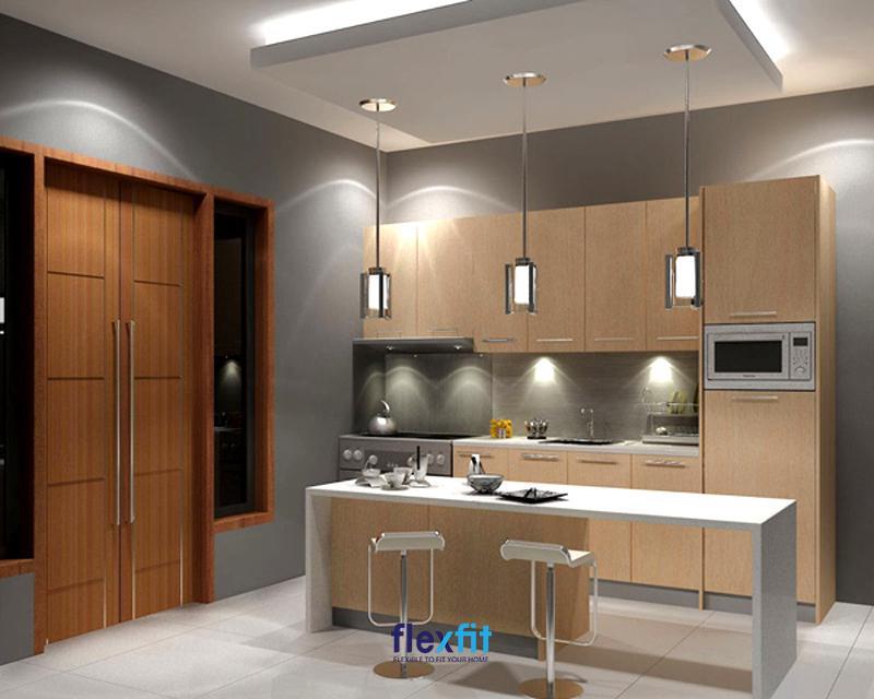 Mẫu quầy bar bếp đẹp cho nhà chung cư với gam màu trắng tinh tế phối nâu vân gỗ sáng