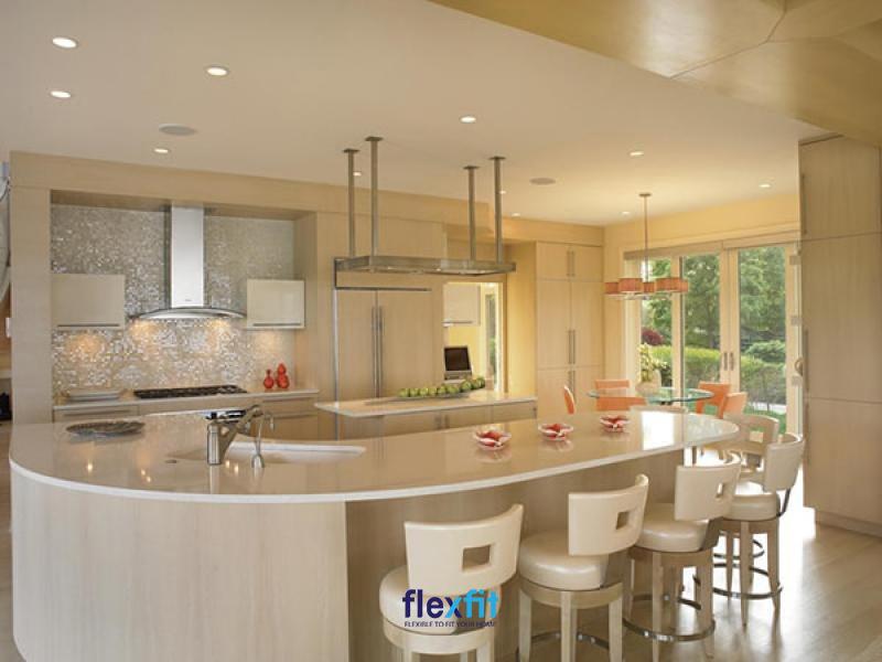 Quầy bar bếp với bộ ghế ngồi tone sur tone màu trắng sữa với các nội thất phòng bếp tạo nên vẻ đẹp đồng bộ