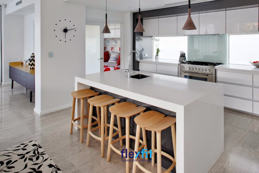 Thiết kế quầy bar màu trắng sang trọng và vệ sinh dễ dàng nhờ làm bằng lõi gỗ công nghiệp phủ Acrylic sáng bóng