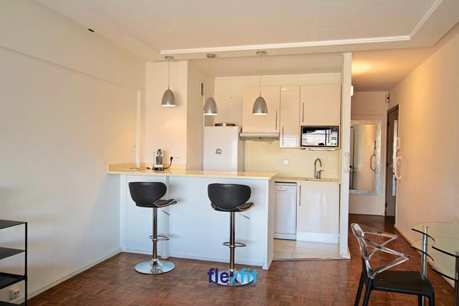 Chung cư thường có diện tích nhỏ nên kiến trúc sư sẽ tận dụng quầy bar làm bàn ăn nhỏ cho gia đình