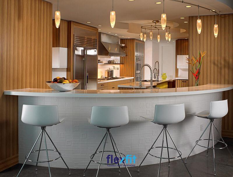 """Không gian """"Chill"""" ngay tại nhà với thiết kế quầy bar uốn cong mềm mại cùng hệ thống đèn treo ấn tượng."""