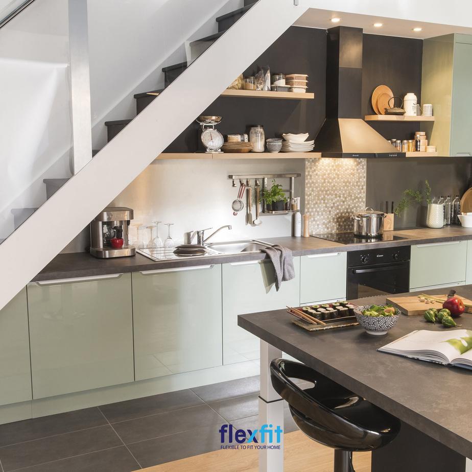 Tiện nghi, tiện dụng với thiết kế tủ bếp dưới chữ I dưới gầm cầu thang đầy đủ thiết bị, dụng cụ nấu nướng.