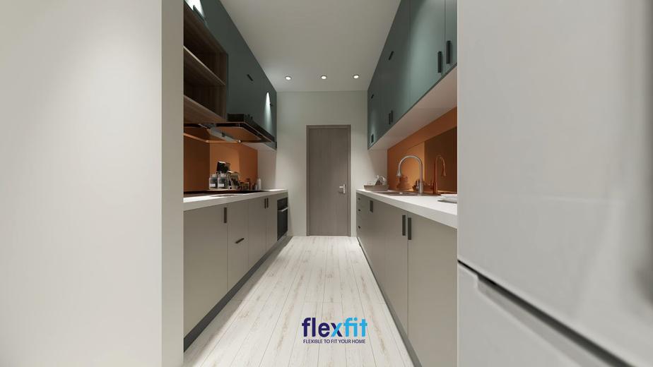 Tủ bếp song song với tủ bếp trên màu xanh phối tông xám của tủ bếp dưới và màu cam ở giữa hai tủ tạo nên gian bếp ấn tượng. Sự tiện nghi cùng cảm giác dễ chịu mà không gian bếp này đem lại sẽ giúp bạn hào hứng vào bếp mỗi ngày.