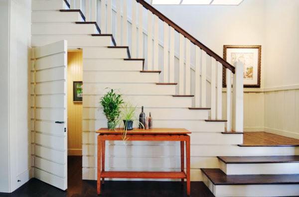 Đặt phòng ngủ dưới cầu thang là một thiết kế độc đáo và tiết kiệm diện tích cho căn nhà