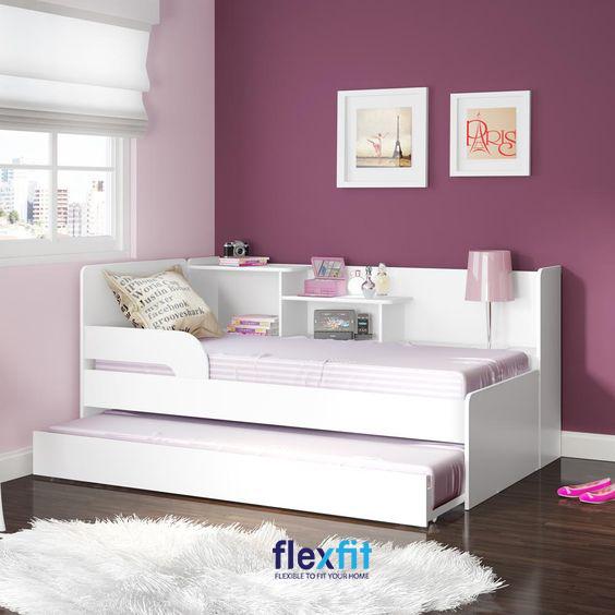 Giường màu trắng được đặt trong căn phòng màu hồng - tím mang lại không gian đầy mộng mơ, dịu dàng.