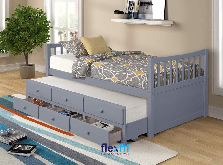Giường ngủ 2 tầng thấp màu xanh pastel nhẹ nhàng, cùng thiết kế thông minh, tích hợp các ngăn kéo để đồ hữu dụng