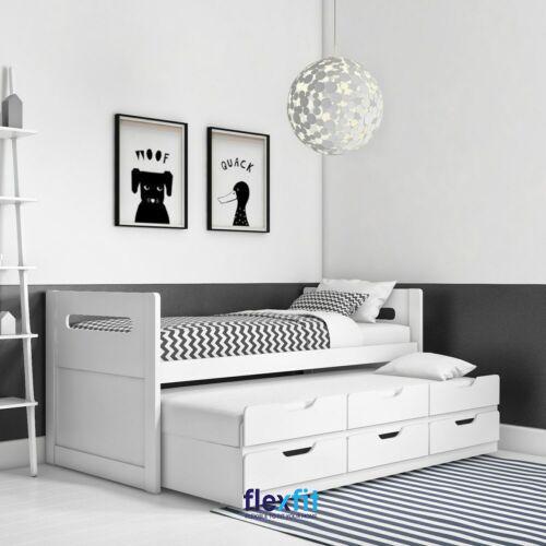 Thiết kế trắng cùng hoạt tiết kẻ của bộ chăn ga làm nổi bật vẻ đẹp cá tính, mạnh mẽ của sản phẩm.