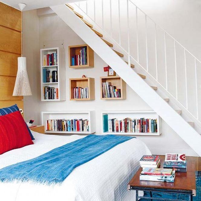 Mẫu phòng ngủ với không gian thông thoáng hơn, không chỉ giới hạn ở diện tích phần dưới cầu thang mà còn mở rộng sang khu vực xung quanh