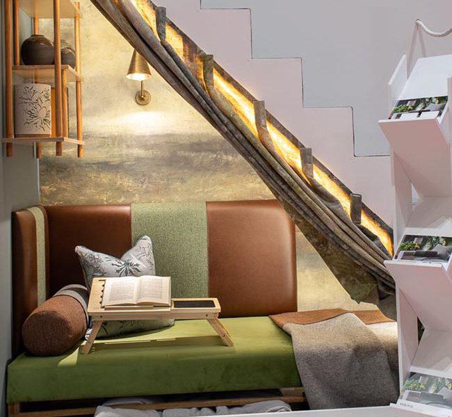 Mẫu phòng ngủ có thiết kế những ô cửa sổ tạo sự thoáng đãng, là không gian lý tưởng để làm việc, thư giãn