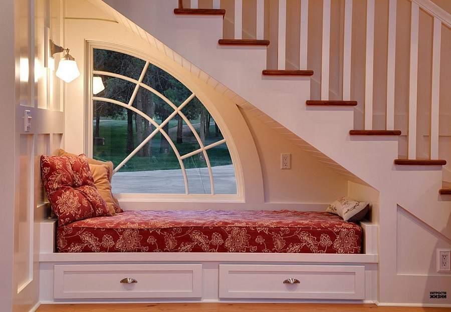 Ngắm nhìn không gian bên ngoài với ô cửa sổ nhỏ