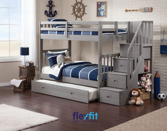 Với thiết kế khá nhỏ gọn, các họa tiết tối giản nhưng vẫn mang lại vẻ đẹp cứng cáp, mạnh mẽ, mẫu giường ngủ tầng này còn khéo léo kết hợp các ngăn chứa lớn và các ô trang trí rất tiện lợi.