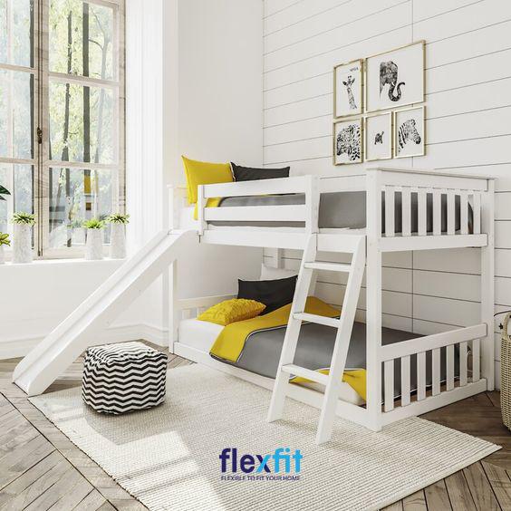 Mẫu giường tầng kết hợp thêm chiếc cầu thang vô cùng thú vị này chắc chắn sẽ khiến các bé trai vô cùng thích thú.