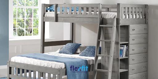 Mẫu giường tầng gỗ công nghiệp chắc chắn cho người lớn thiết kế ấn tượng với gam màu xám phối xanh - trắng của chăn ga gối nệm giường
