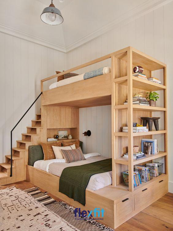 Chiếc giường tầng được thiết kế vô cùng đẹp mắt với hệ thống bậc thang nhỏ gọn cùng hệ kệ đa năng giúp bạn lưu trữ cũng như trang trí đồ một cách thuận tiện.