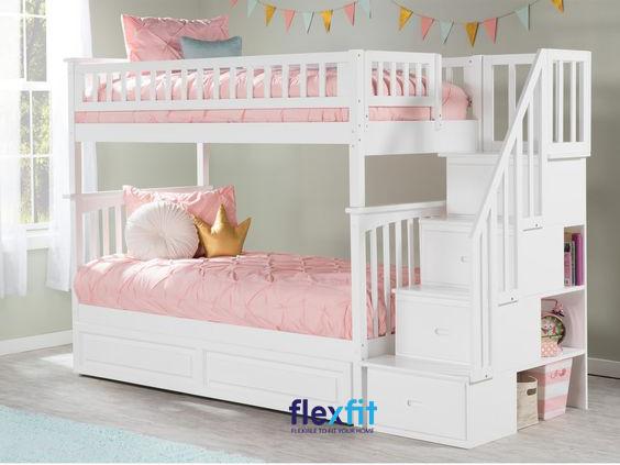 Chiếc giường tầng này không chỉ sở hữu kích thước khá nhỏ gọn mà còn được khéo léo tích hợp các hộc chứa, ô thoáng để lưu trữ sách vở, đồ lưu niệm vô cùng tiện lợi.