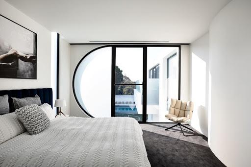 Kết hợp hai gam màu đen-trắng khiến không gian phòng ngủ trở nên tinh tế, tạo sự thoải mái mỗi khi nghỉ ngơi