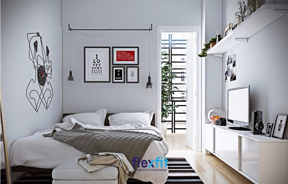Mẫu thiết kế nội thất này sẽ khiến cho căn phòng trở nên tươi sáng rực rỡ hơn rất nhiều nhờ gam màu trắng và thiết kế cửa ngoài ban công đón nắng. Thiết kế kệ đỡ, tủ đồ cũng được bài trí một cách thông minh nhằm tiết kiệm diện tích phòng.