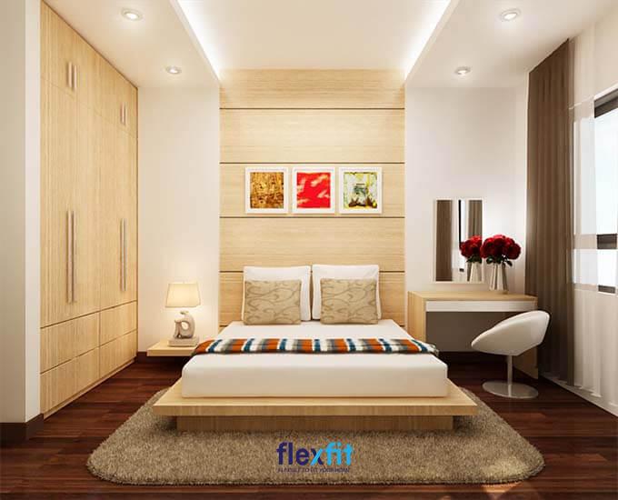 Không gian phòng nhỏ nhưng hoàn toàn mang đến cảm giác rộng rãi bởi thiết kế tủ lớn, kịch trần cùng các họa tiết trang trí đầu giường tạo điểm nhấn cho căn phòng