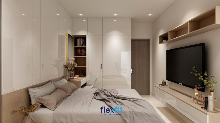 Căn phòng trở nên ấm áp, lung linh hơn nhờ vào hệ thống điện trần thông minh. Đặc biệt, tủ quần áo Acrylic màu trắng bóng gương góp phần làm cho không gian nhỏ phá vỡ cảm giác bí bách, chật hẹp.