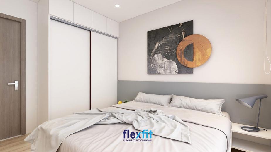 Căn phòng ngủ nhỏ khéo léo trong cách bài trí nội thất và sử dụng gam màu trắng tinh tế là chủ đạo. Tủ quần áo cánh lùa giúp tiết kiệm không gian. Đặc biệt, phòng có thiết kế cửa sổ giúp lưu thông khí tốt hơn và phá tan sự bí bách của phòng nhỏ