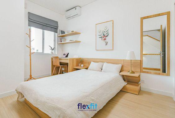 Căn phòng khá giản dị nhưng vẫn vô cùng tiện nghi, hiện đại và nổi bật nhờ sự kết hợp khéo léo giữa 2 tông màu nổi bật trắng - gỗ sáng tự nhiên