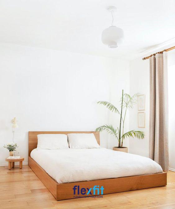 Không được trang trí cầu kì nhưng căn phòng ngủ vẫn mang lại cảm giác thân thuộc, dễ chịu với tầm nhìn thoáng mát, tươi mới tràn đầy sức sống