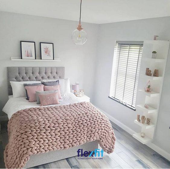 Phòng ngủ được thiết kế đơn giản nhưng đã tận dụng tối đa đồ nội thất thông minh: kệ treo tường mang lại hiệu quả thẩm mỹ cao cho căn phòng.