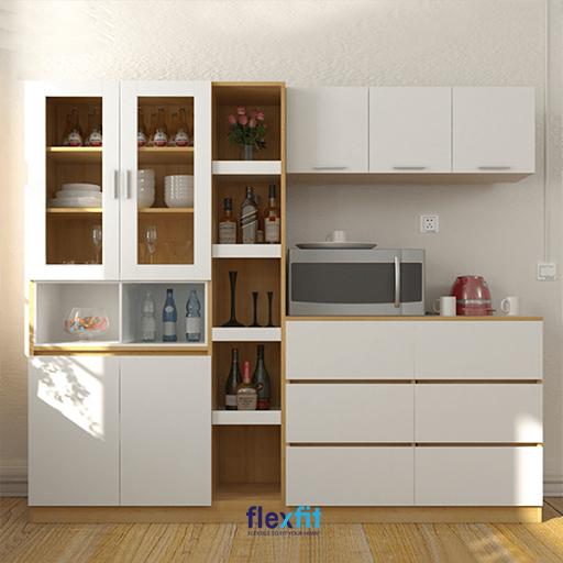 Sự kết hợp giữa màu gỗ sáng và trắng giúp mang lại vẻ đẹp thanh lịch, hiện đại cho tủ gỗ đứng và cả không gian bếp.