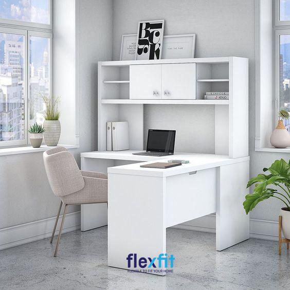 Bàn làm việc chữ L tại nhà được kết hợp với kệ đựng tài liệu chắc chắn sẽ giúp công việc của bạn diễn ra thuận lợi hơn.
