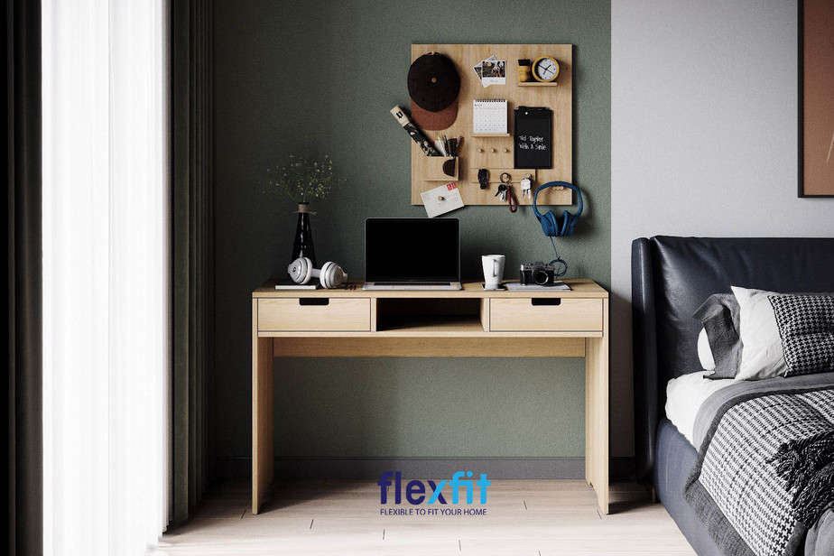 Bàn làm việc hình chữ nhật bằng gỗ công nghiệp màu nâu gỗ sáng thiết kế ngăn kéo hai bên và hộc bàn mở ở giữa độc đáo.