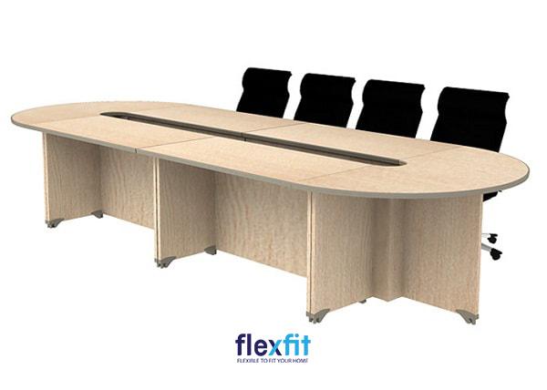 Bàn làm việc elip gỗ công nghiệp bền chắc với màu gỗ sáng tự nhiên mang lại sự uy nghi cho phòng họp.