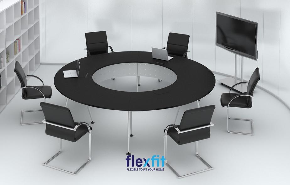 Bàn làm việc hình tròn có rất nhiều thiết kế đa dạng. Mặt bàn có thể khoét ô trống để tạo cảm giác thoáng rộng hơn.