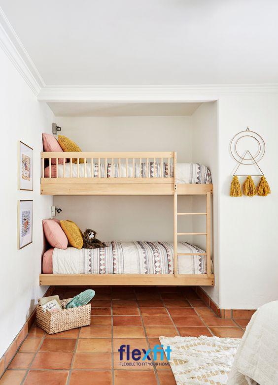 Với thiết kế nhỏ gọn, chiếc giường tầng đã tận dụng được khoảng trống góc tường giúp tiết kiệm không gian một cách tối đa và vô cùng hiệu quả.