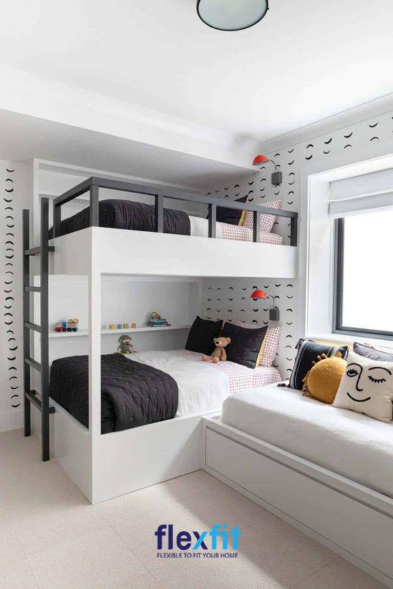 Chiếc giường ngủ 2 tầng nổi bật với sự kết hợp độc đáo giữa màu trắng - xanh được nối liền với ghế sofa mang lại sự tiện lợi thú vị.