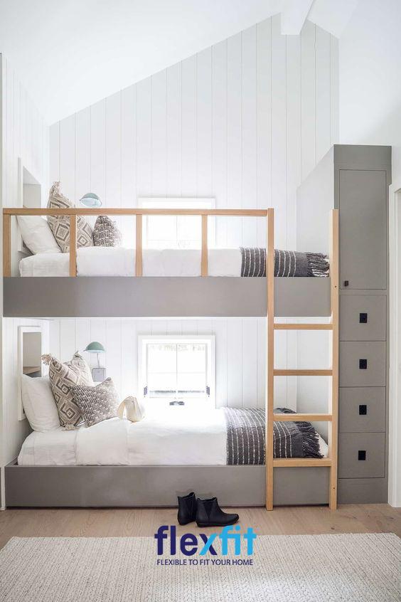Hệ thống thanh chắn và bậc thang lên xuống được làm bằng gỗ chắc chắn cùng thiết kế nhỏ gọn giúp căn phòng trở nên tiện nghi hơn.