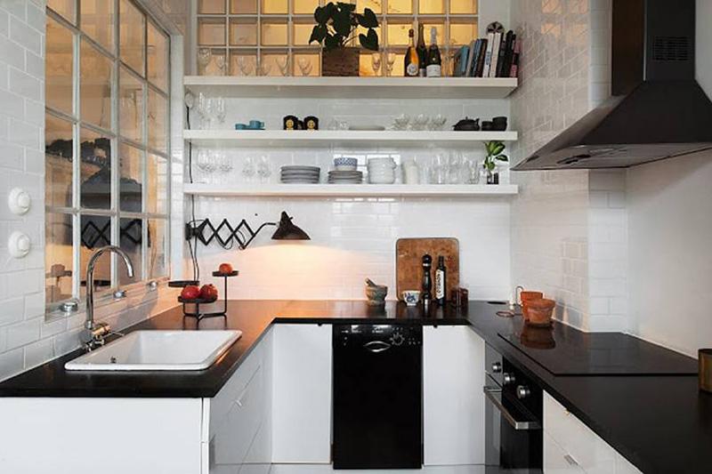 Phòng bếp nhỏ sử dụng màu đen - trắng đối lập tạo nên vẻ đẹp sang trọng hút mắt người nhìn