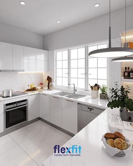 Dù diện tích bếp rất nhỏ nhưng với thiết kế cửa sổ lớn bằng kính kết hợp gam màu trắng cho căn bếp thêm rộng và hiện đại hơn bao giờ hết