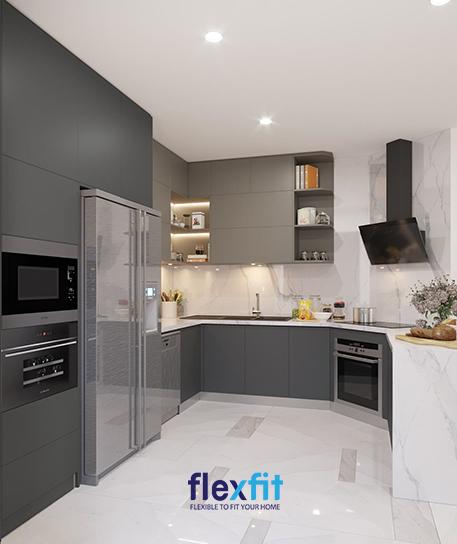 Tủ bếp được thiết kế bám sát theo cấu trúc của căn nhà nhằm tận dụng tối đa mọi diện tích