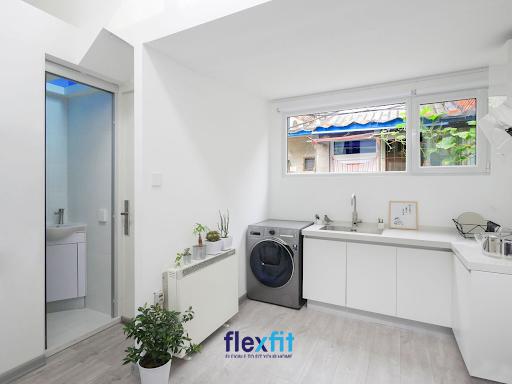 Căn bếp nhỏ được đặt gần nhà vệ sinh vô cùng khéo léo không gây mất mỹ quan mà vẫn đảm bảo vệ sinh