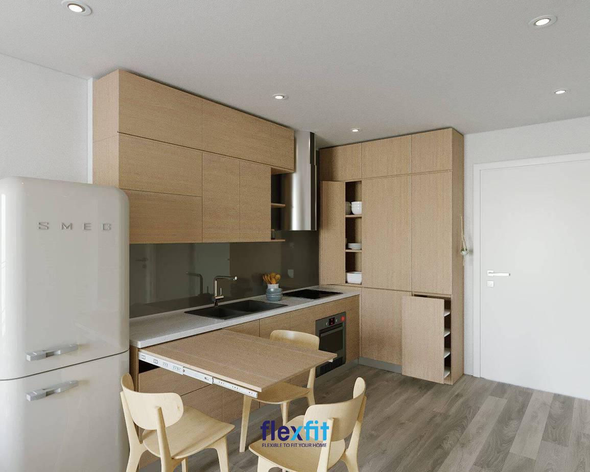 Thiết kế tủ bếp vô cùng sáng tạo với sự tích hợp bàn ăn tiện lợi có thể gấp gọn khi không sử dụng. Hệ tủ bếp, tủ đựng đồ và bộ bàn - ghế ăn cùng làm từ gỗ công nghiệp màu nâu gỗ sáng tạo sự thống nhất, hài hòa cho không gian