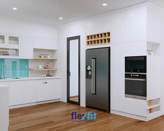 Không thể rời mắt với mẫu tủ bếp chữ L 12m2, màu trắng cực kỳ hiện đại và thông minh này. Tủ bếp được thiết kế kệ nhỏ gọn để đựng gia vị, chai lọ. Giá đựng bát đĩa được đựng trong ngăn có kính trong suốt giúp dễ dàng trong việc sắp xếp và tìm kiếm.