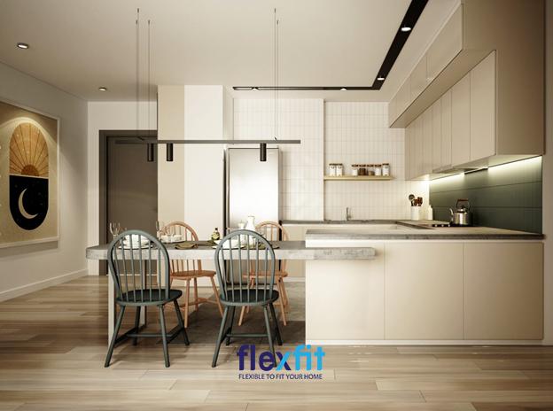Màu be của mẫu tủ bếp có diện tích 8m2 này vô cùng hài hòa với màu sắc chung của phòng bếp. Tường bếp ốp màu xanh nổi bật cùng hệ thống đèn chiếu tạo cảm giác ấm cúng, trang trọng. Kệ gỗ treo tường treo tường thiết kế vừa tầm với, thuận tiện khi lấy.