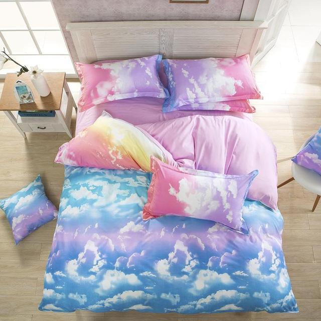 Một bộ drap giường có họa tiết mây hồng, xanh mơ mộng