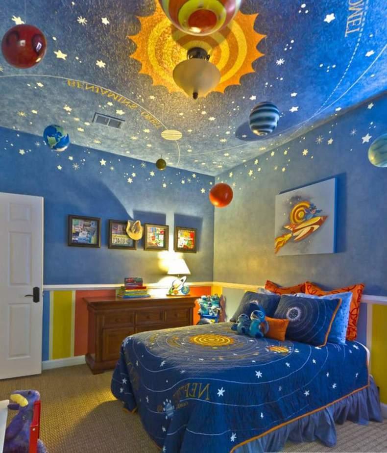 Họa tiết bầu trời sao đêm cũng là một gợi ý cho căn phòng của bé gái mơ mộng
