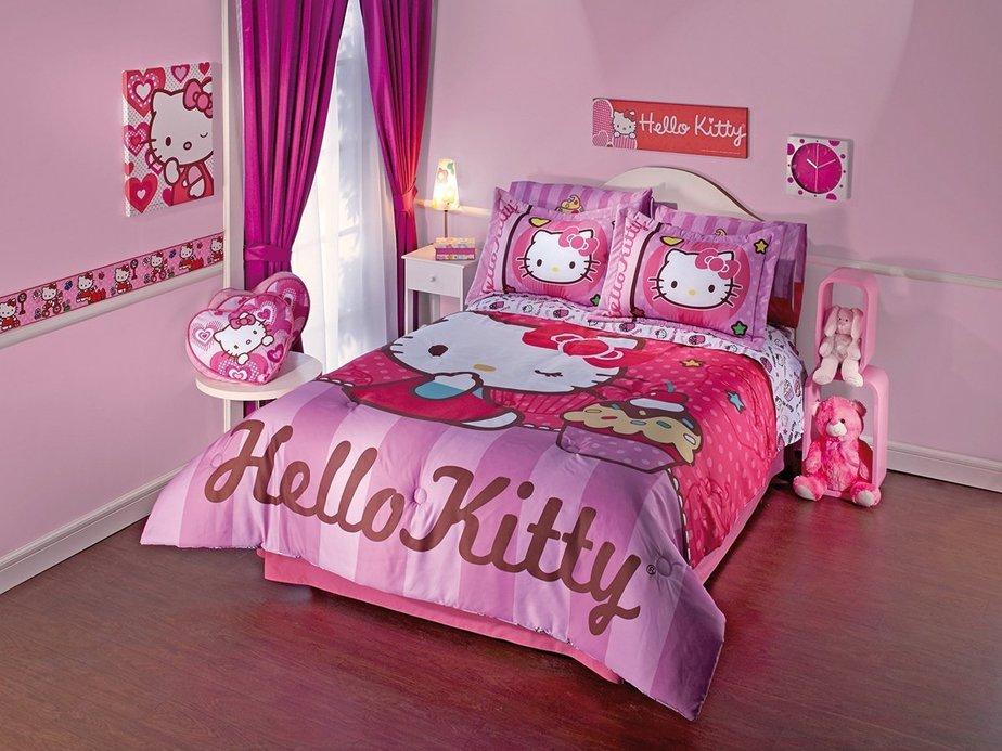 Chăn, nệm, gấu bông, tranh treo đều là ảnh Hello Kitty