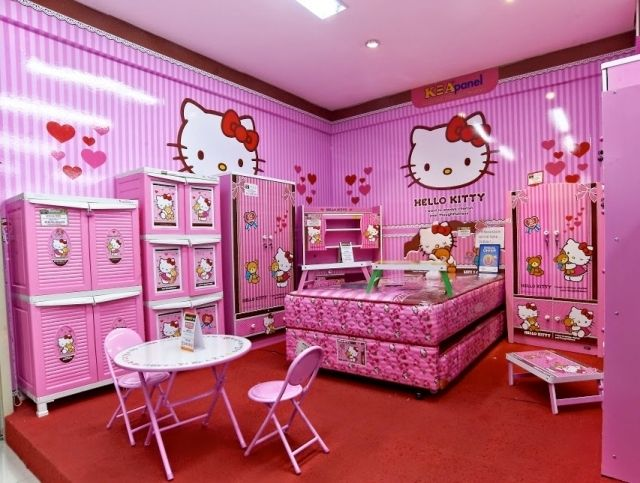 Bạn cũng có thể dán sticker Hello Kitty lên các vật dụng trong nhà để trang trí