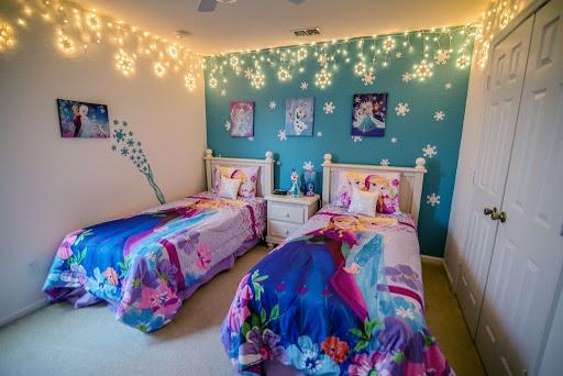 Treo tranh và một bộ drap nệm là bạn đã trang trí căn phòng cho bé theo phong cách nữ hoàng băng giá thành công