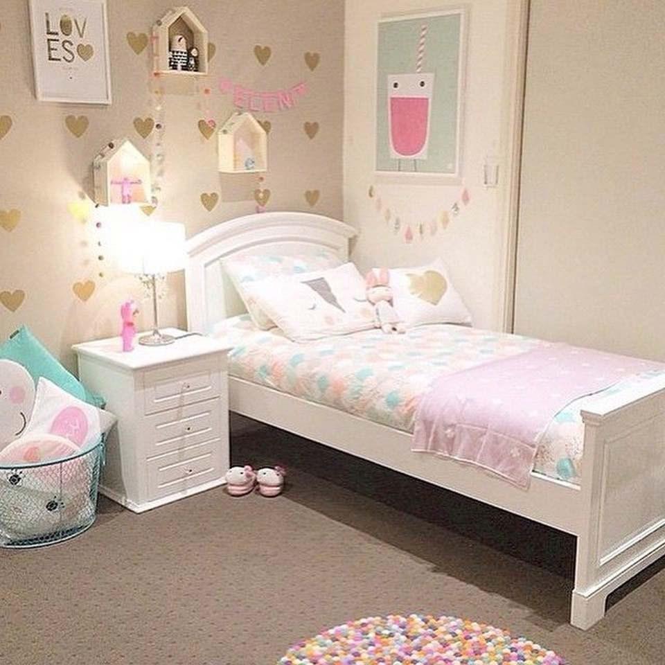 Giấy dán tường và tranh treo là 2 vật dụng không thể thiếu khi trang trí phòng cho bé